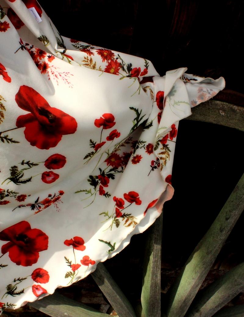 Půlkolová dlouhá sukně Vlčí máky na bílé