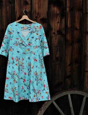 Zavinovací půlkolové šaty Birds on blue