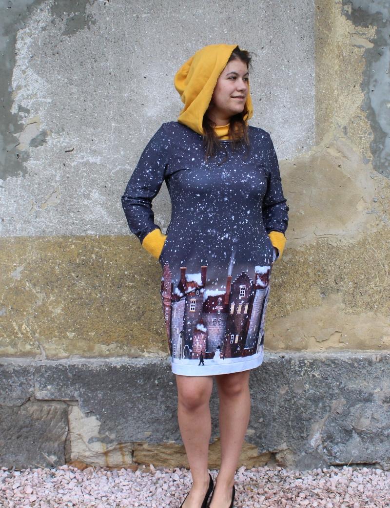 Mikinové šaty s kapucí - Domky šedé II.