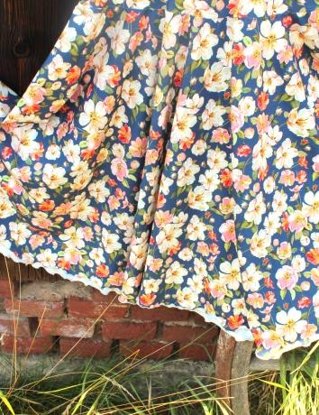 Zavinovací kolové šaty Jarní květy na tmavomodré
