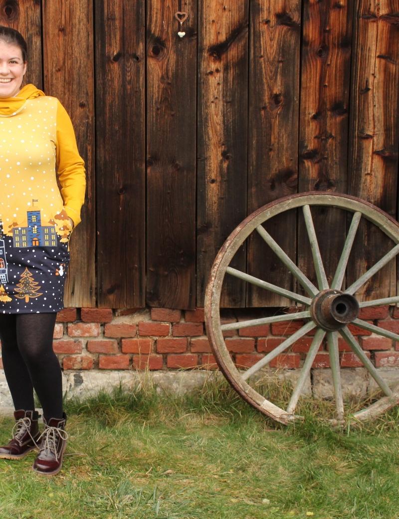 Mikinové šaty s kapucí - Domky okrové