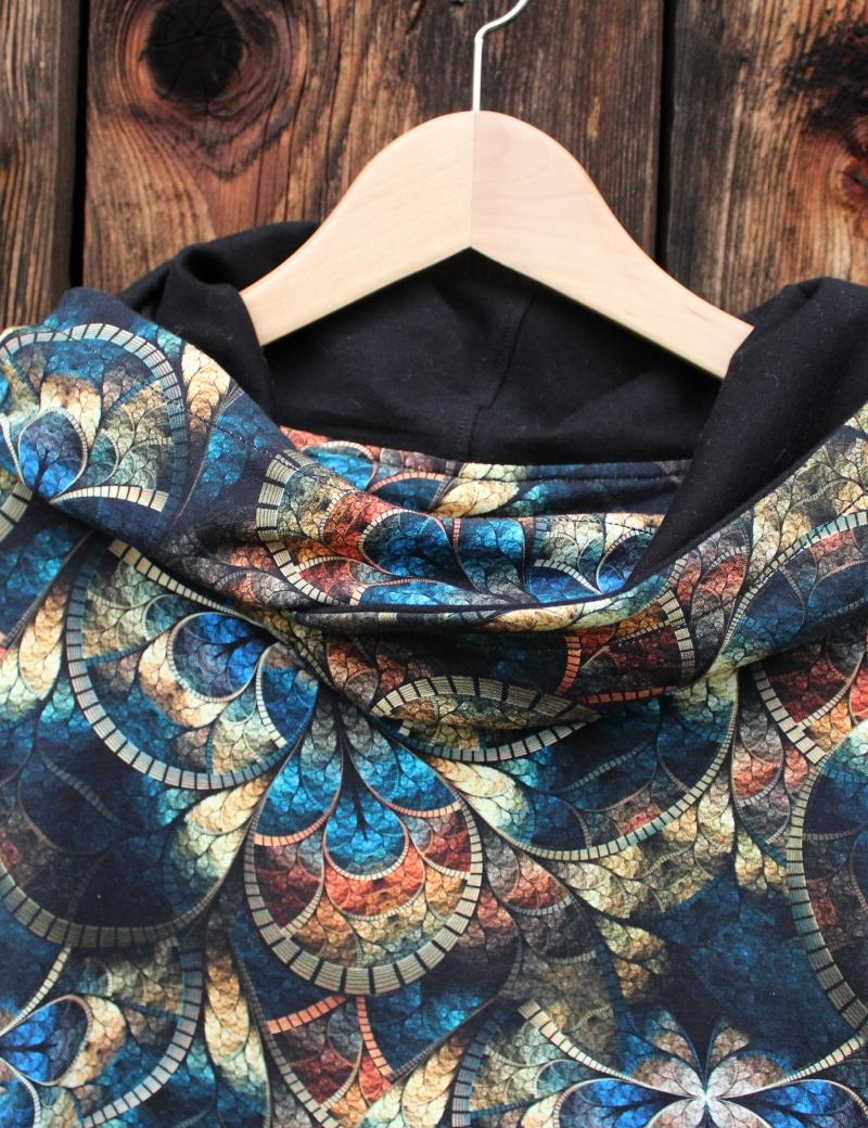 Mikinové šaty s kapucí - Vitráž